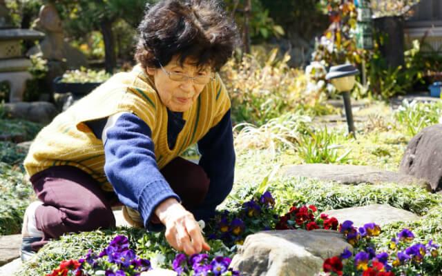 花を植える人